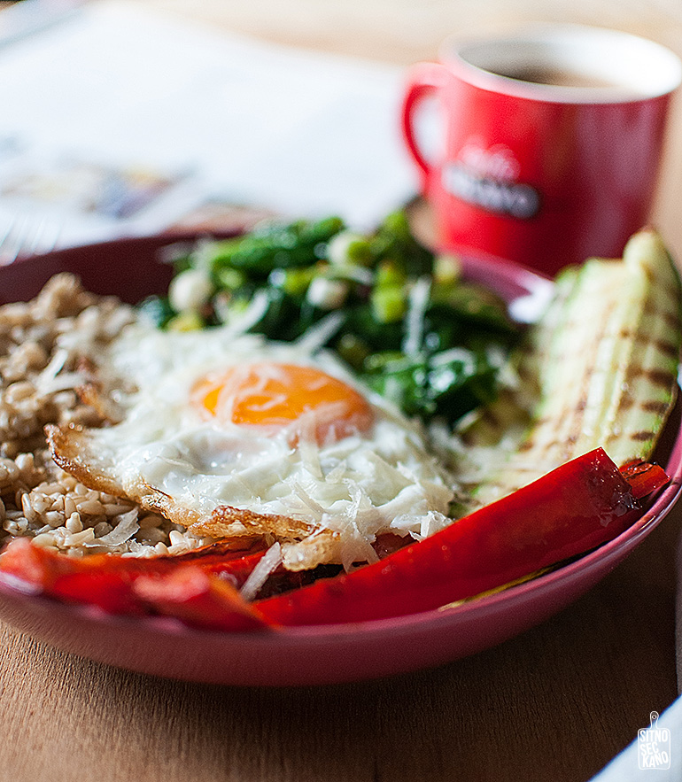 Savory oat breakfast with fried egg, sauted spinach and roasted zucchini and peppers | Sitno Seckano