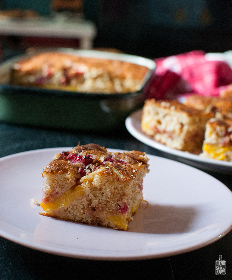 Peach red currant cake | Sitno seckano