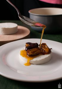 Manouri cheese with dates in tangerine syrup | Sitno seckano