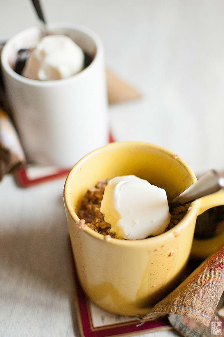 Chocolate mug cake & peach crumble | Sitno seckano