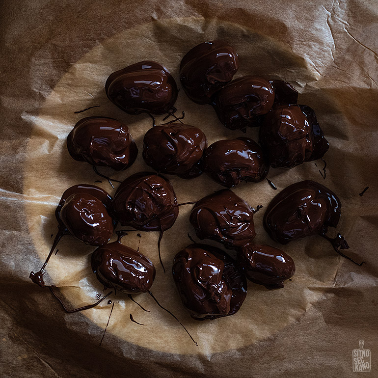 Nut butter filled, chocolate covered dates | Sitno seckano